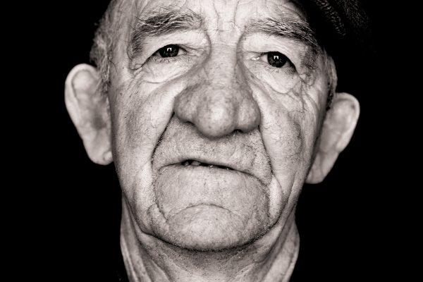 © Paul McCarthy, Maurice Quinn, ceoltóir & feirmeoir, Corraghráig, Corca Dhuibhne, Co. Ciarraí, ón sraith Na Caipíní, 2012. paulmccarthyphotography.com